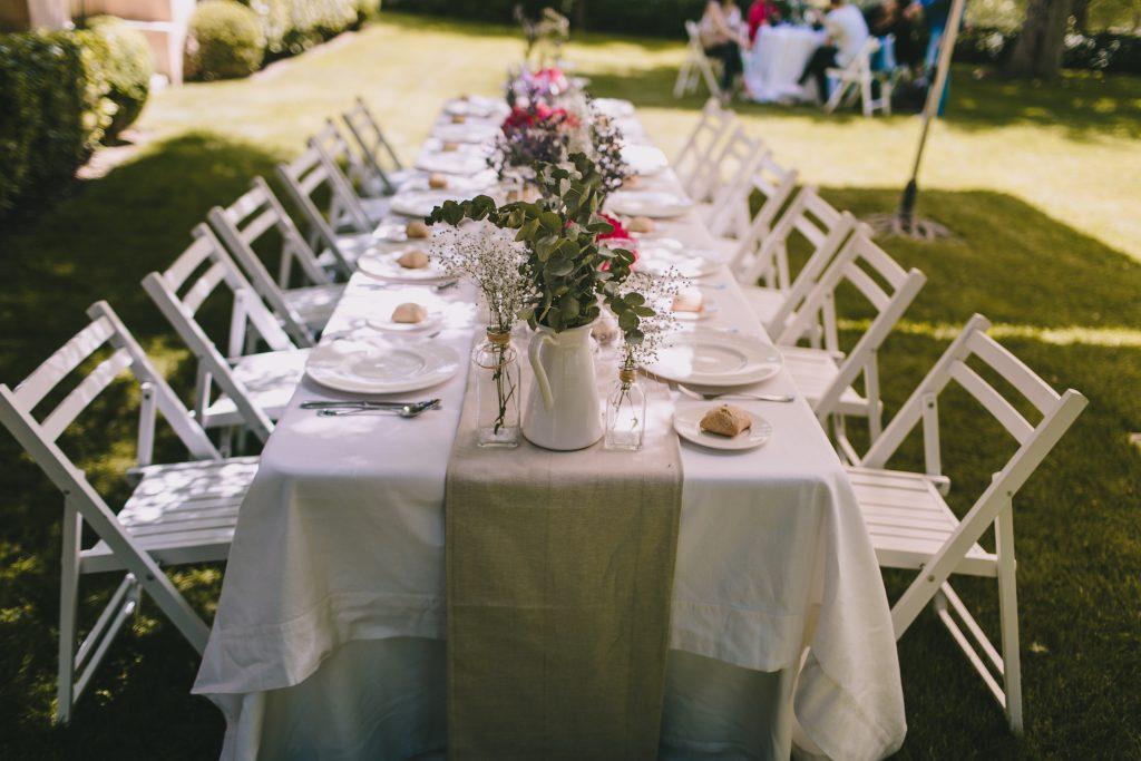 decoración mesa alargada,catering boda, precio catering boda, ,maracatering ,boda en el jardin ,boda en casa de campo,boda en la naturaleza, flores, boda con estilo ,boda original ,con encanto
